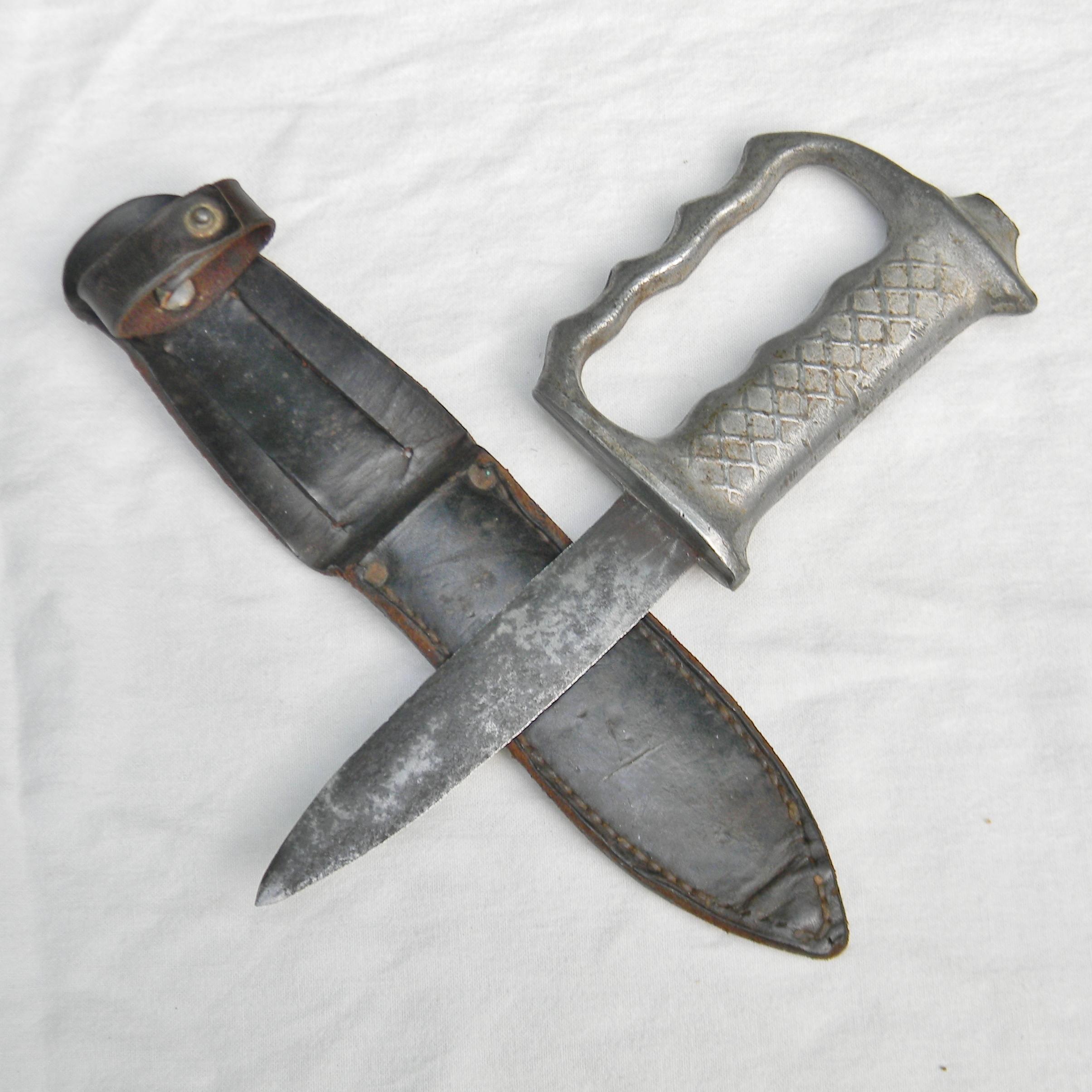New Zealand WW2 era AKE REGD knuckle duster fighting knife, orig scabbard